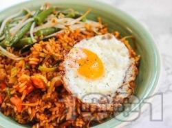 Индонезийски пържен кафяв ориз със зеле, праз лук, зелен боб, бобови кълнове и яйца - снимка на рецептата